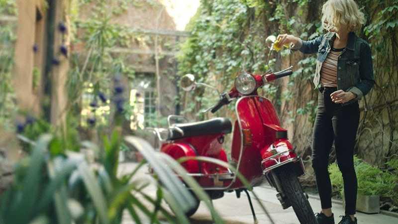 Femeia care curata o motocicleta